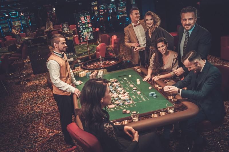 楽しそうにカジノをする人たち