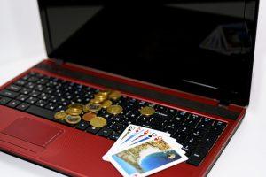 パソコンとトランプと硬貨